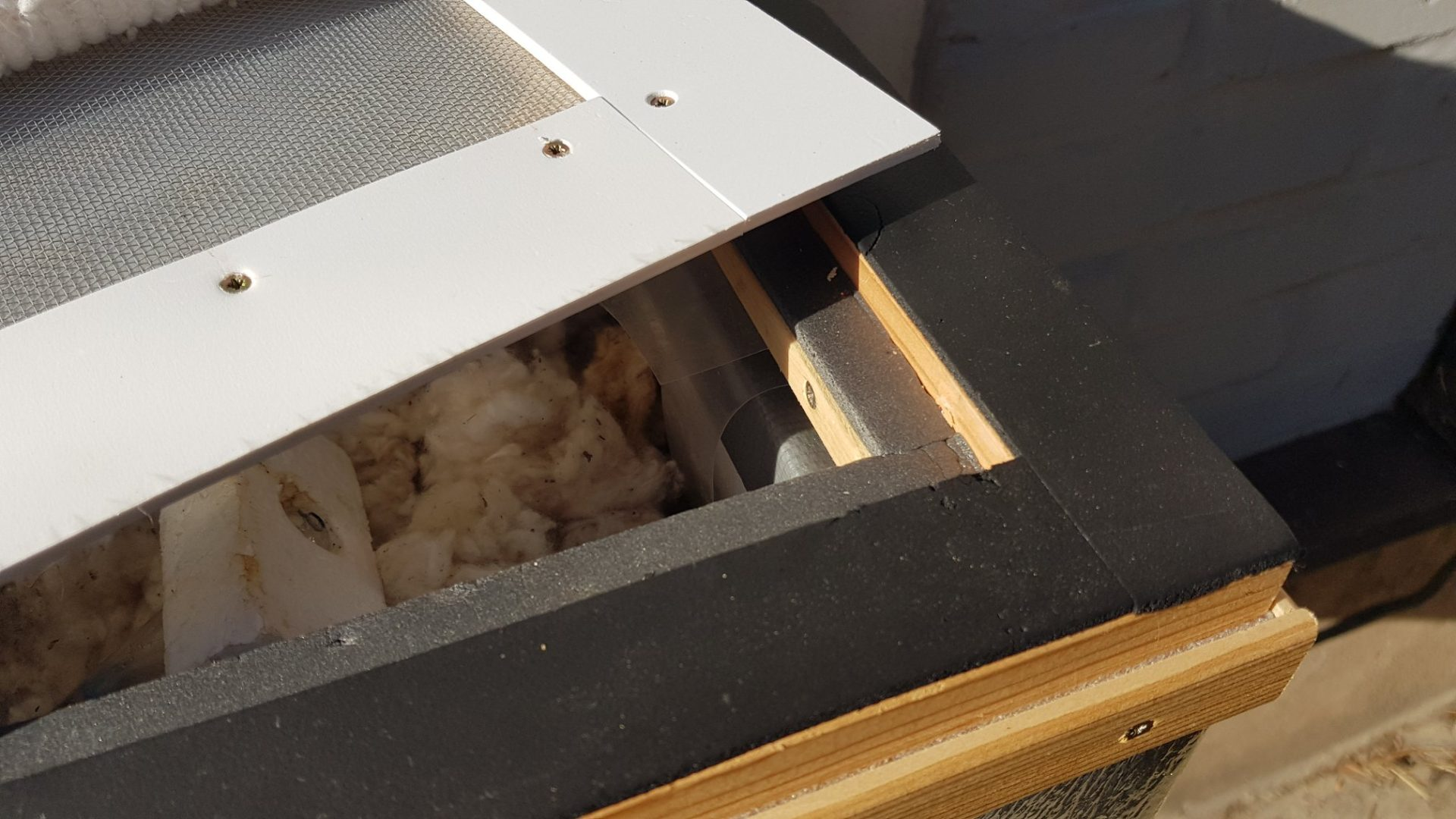Čmeláci plus vychytávka pro chovatele čmeláků do čmeláčího úlu čmelín ochranná mřížka konstrukce