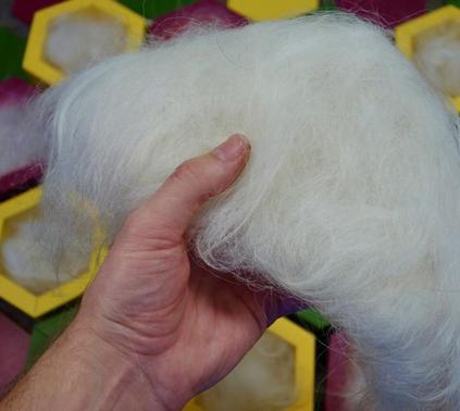 Čmeláci PLUS Nevhodná výstelka z ovčího rouna z dlouhých tuhých vláken