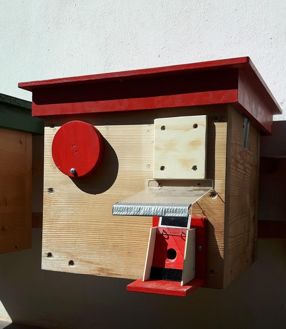 Čmeláci PLUS - Ochranná klapka namontovaná na úlku
