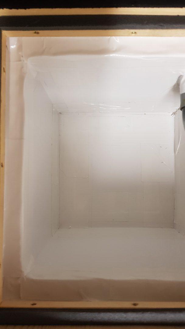Čmeláci PLUS - Vyložení úlku kartonem - lepící páska