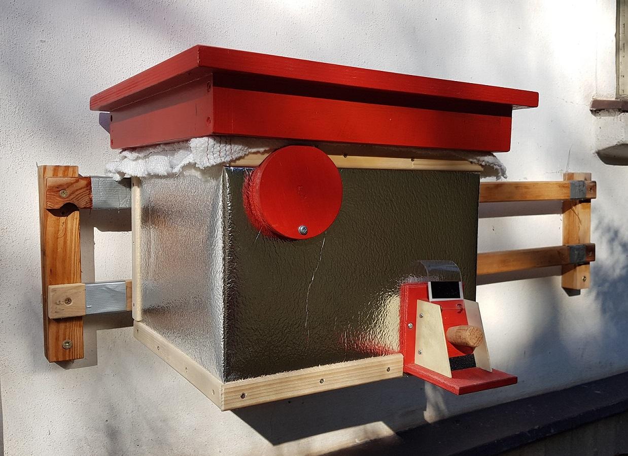 Čmeláci PLUS - Ochrana proti mravencům - úlek na závěsech na zdi