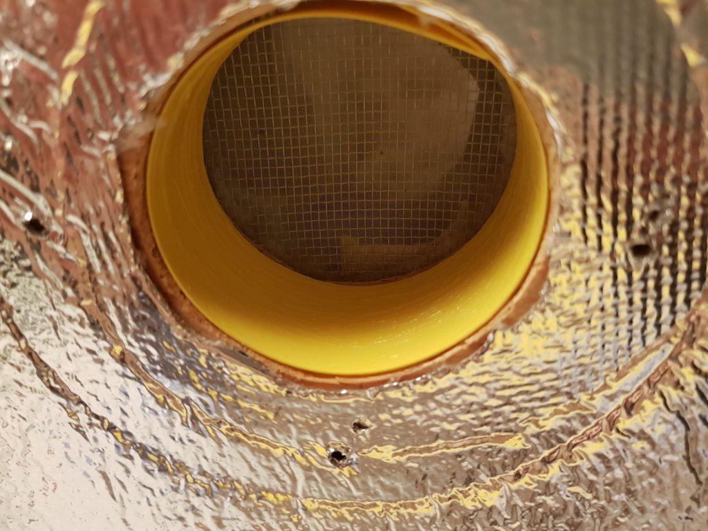 Ochrana větrání úlku pro čmeláky - vnitřní prostor větrání chráněn lepivým pásem na hmyz