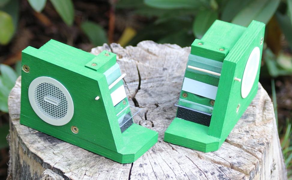 Ochranná klapka na pro čmeláky doplněná o boční lapací past parazitů od jednoho z výrobců
