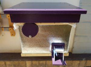 Čmeláci PLUS - Střecha úlku je nasazena a pod ní savý hadr pro odvod vlhkosti