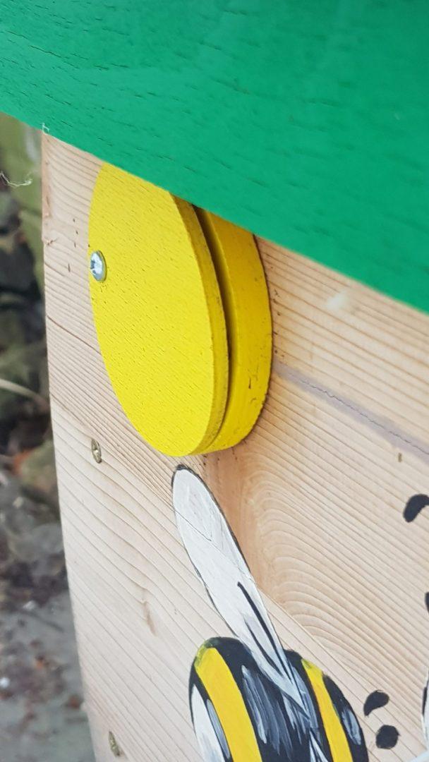 Čmeláci PLUS - Deformovaná krytka větracího otvoru komerčně dostupného úlku (čmelínu)