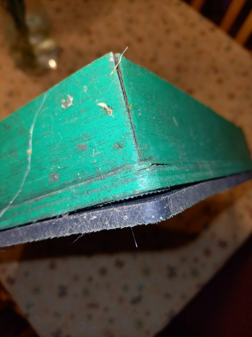 Čmeláci PLUS - Nekvalitní střecha komerčně dostupného úlku po jedné sezóně