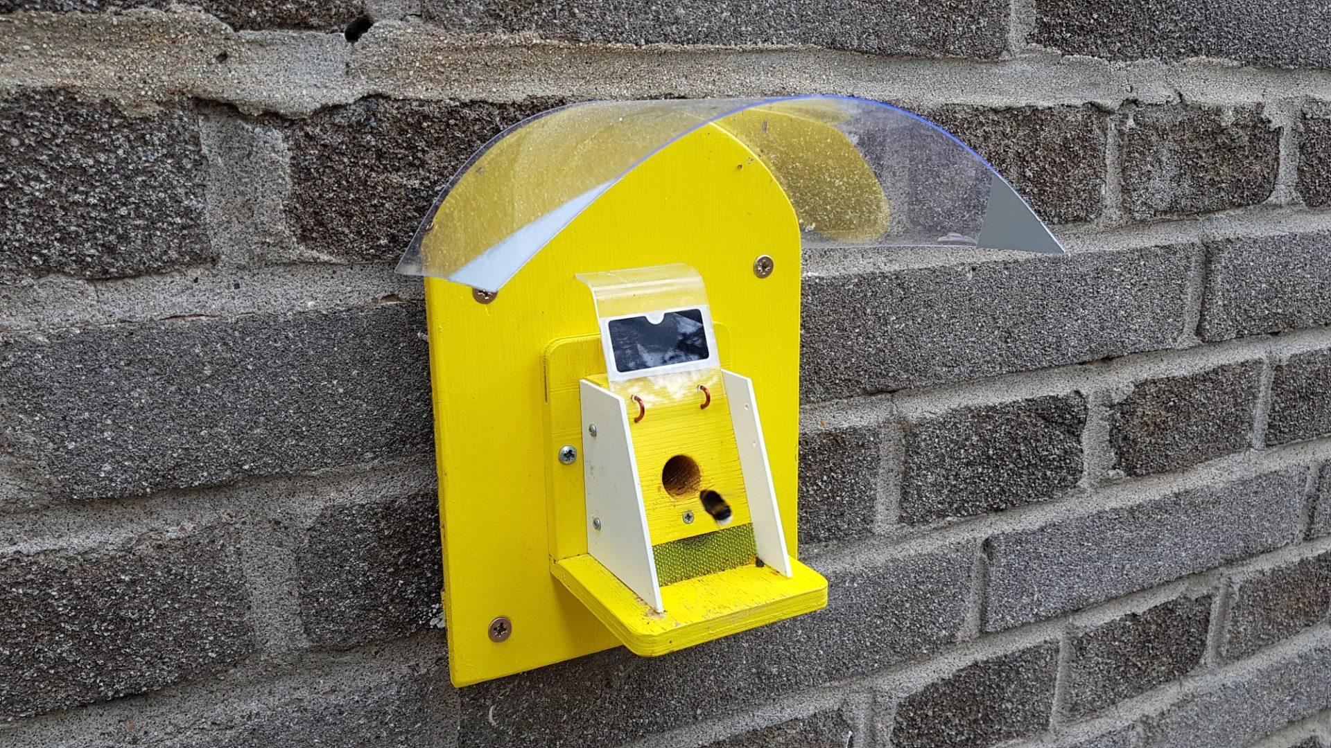 Čmeláci PLUS - Stříšky pro klapky umístěné na zdi