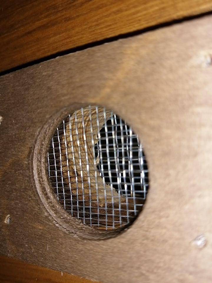 Čmeláci PLUS - Nevhodný úlek - větrací otvor s hrubou sítkou a bez možnosti zavření