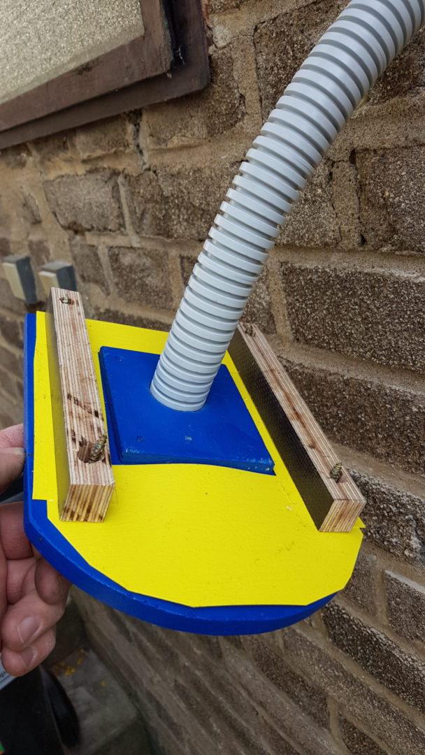 Čmeláci PLUS - Klapka na zdi - zadní strana podložky a na ní lepivé pásy