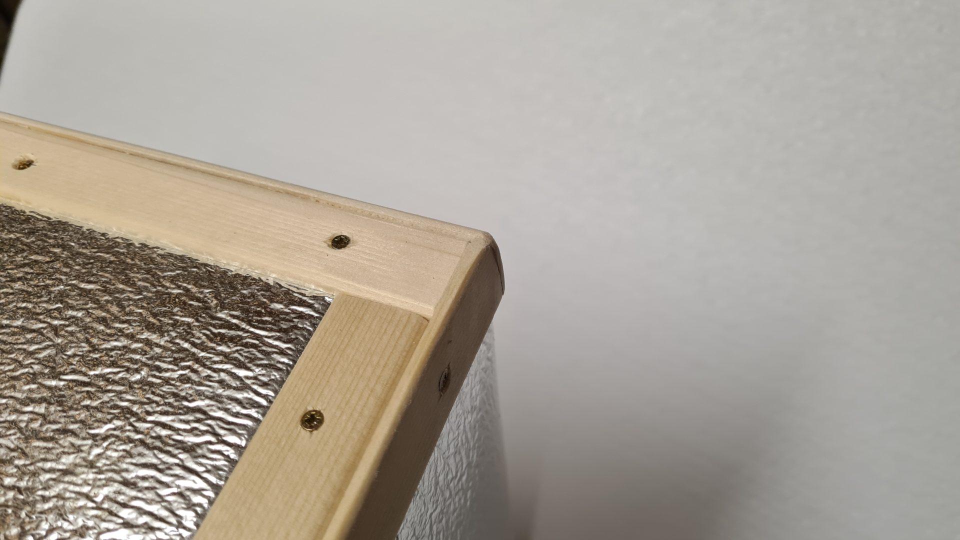 Čmeláci PLUS - Úprava úlku - úlek obalený folií a opatřený lištami - spodní strana